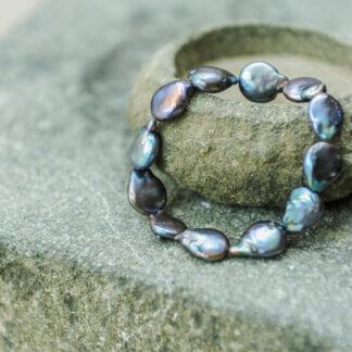 Edelstein- und Perlenarmbänder
